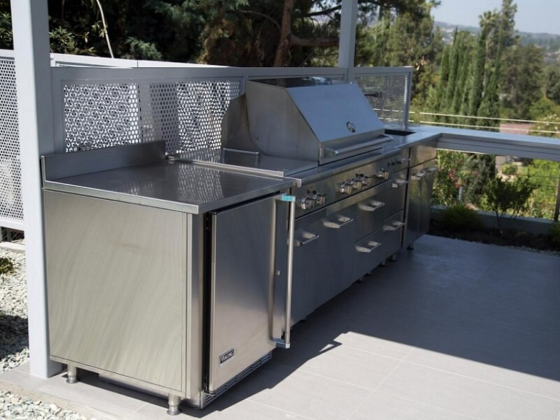 Large grill area for outdoor kitchen