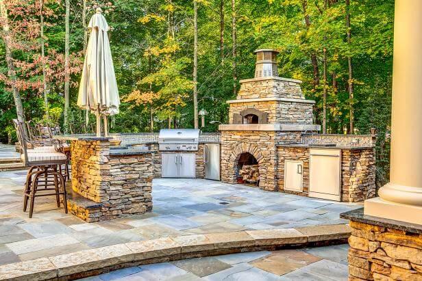 Beautiful stone outdoor kitchen backsplash