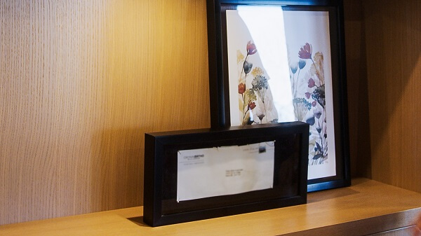 Using picture frames on a shelf