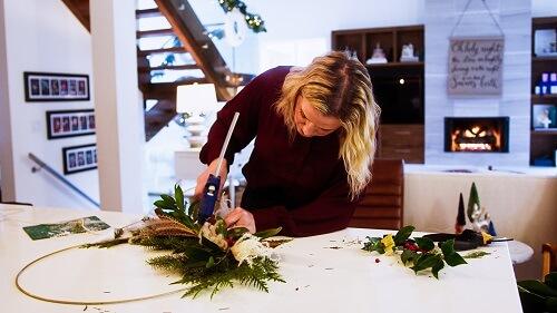 Lisa Moody putting together a modern Christmas wreath