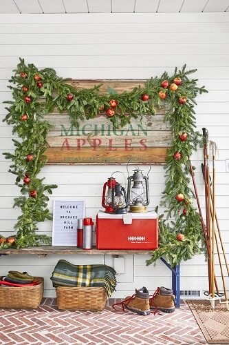 Outdoor garland display with apples